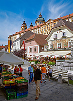 Oesterreich, Niederoesterreich, Kulturlandschaft Wachau - UNESCO Weltkultur- und Naturerbe, Melk: Altstadt mit Rathausplatz und Kolomanibrunnen ueberragt vom Stift Melk | Austria, Lower Austria, Wachau Cultural Landscape - UNESCO World's Cultural and Natural Heritage, Melk: Old Town with Townhall Square and Colomani Fountain surmounted by Benedictine Monastery Melk