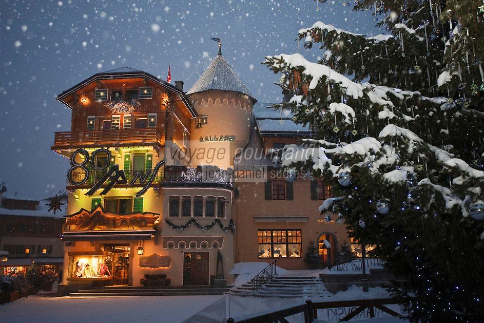 Europe/France/Rhône-Alpes/74/Haute-Savoie/Megève: La Maison Allard et le sapin de Noël décoré par Swarovski sur la Place de l'église
