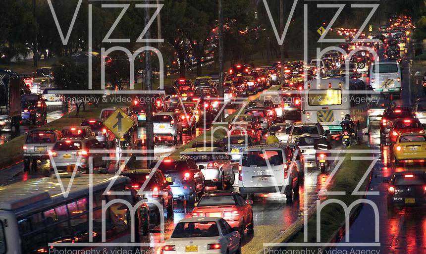 BOGOTA-COLOMBIA-5-02-2013 .Tráfico pesadp por lluvia . heavy traffic... ( Photo / VizzorImage / Felipe Caicedo / Staff).