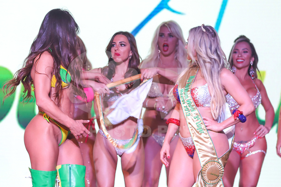 CIDADE DO MÉXICO, MÉXICO, 30.09.2019 - MISS-BUMBUM - Representante da Itália Marjara Petito tem ataque de fúria e tenta roubar faixa Suzy Cortez vencedora do concurso Miss Bumbum World na ForoTotal Play na Cidade do México na capital mexicana nesta segunda-feira, 30. (Foto: William Volcov/Brazil Photo Press)