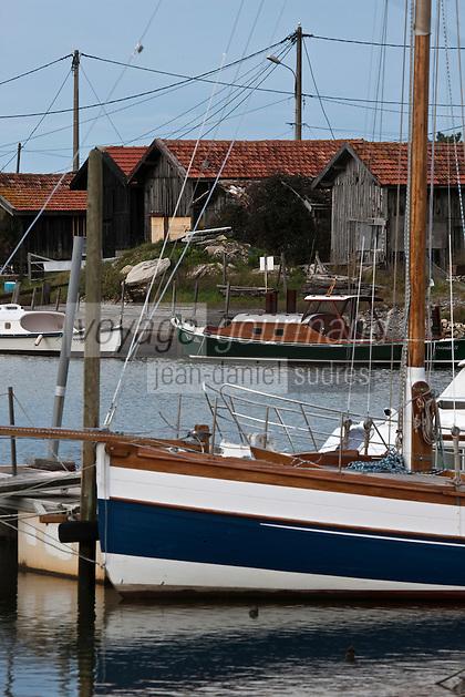 Europe/France/Aquitaine/33/Gironde/Bassin d'Arcachon/Gujan-Mestras: Port Ostréicole - Détail pinasse et cabanons d'ostréiculteurs