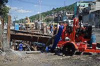 Rio de Janeiro-Rj 29/04/2014-OBRAS BRT -Uma tubulacao de agua da CEDAE rompeu nessa tarde de terca feira no trecho da obra da BRT na Rua Candido Benicio . Foto-Tércio Teixeira /Brazil Photo Press
