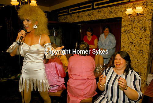 'HEN PARTY', AUDIENCE ENJOY DRAG ARTIST CANDY DU BARRY ( REAL NAME KEVIN MAHONEY ) PERFORMING AT THE DUKE CAMBRIDGE PUB, SOUTH LONDON