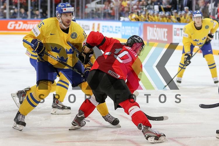 Schwedens Sjogren, Mattias (Nr.15) im Zweikampf mit Schweizs Ambuhl, Andreas (Nr.10)  im Spiel IIHF WC15 Schweiz vs. Schweden.<br /> <br /> Foto &copy; P-I-X.org *** Foto ist honorarpflichtig! *** Auf Anfrage in hoeherer Qualitaet/Aufloesung. Belegexemplar erbeten. Veroeffentlichung ausschliesslich fuer journalistisch-publizistische Zwecke. For editorial use only.