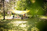 Berlin, Eine Gruppe sitzt am Donnerstag (09.05.13) im Mauer Park in Berlin unter einem Sonnensegel. Foto: Timur Emek/CommonLens