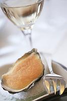 """Europe/France/Bretagne/29/Finistère/Brest: Huitre tiède de Prat ar Coum et oignon rose de Roscoff au lait d'avoine recette de Yann Plassard - restaurant """"La Fleur de Sel"""""""
