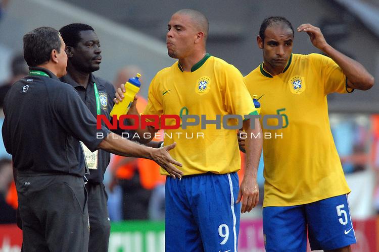FIFA WM 2006 -  Gruppe F Vorrunde ( Group F )<br /> <br /> Play    #27 (18-Jun) - Brazil vs Australia<br /> <br /> <br /> <br /> Trainer Carlos Alberto Parreira (BRA) spricht mit Ronaldo (BRA) und Emerson (BRA) w&permil;hrend des Spiels, bei einer Unterbrechung.<br /> <br /> <br /> <br /> <br /> Foto &copy; nordphoto