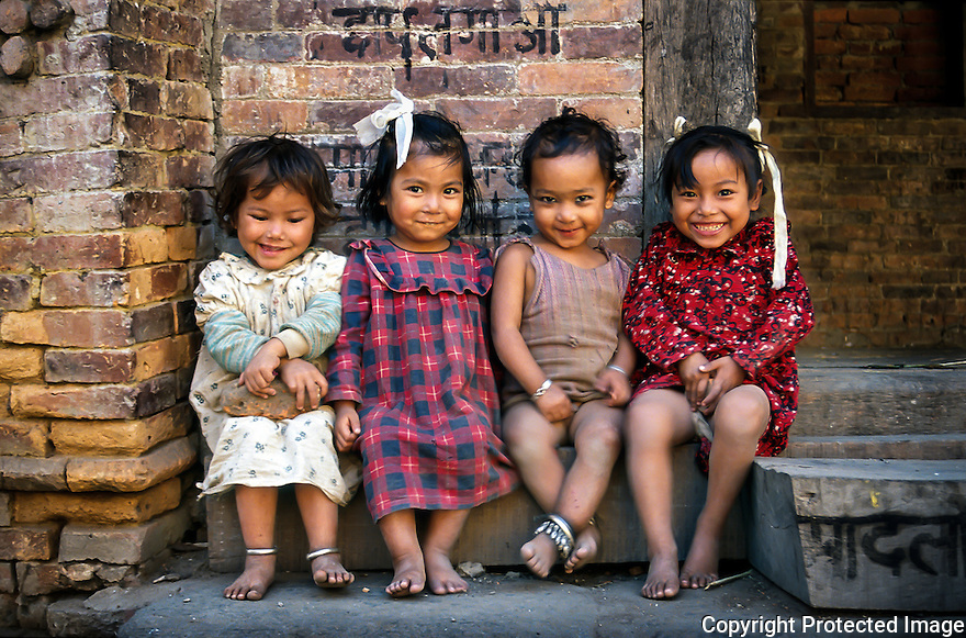 Blide unger i gamlebyen i Kathmandu