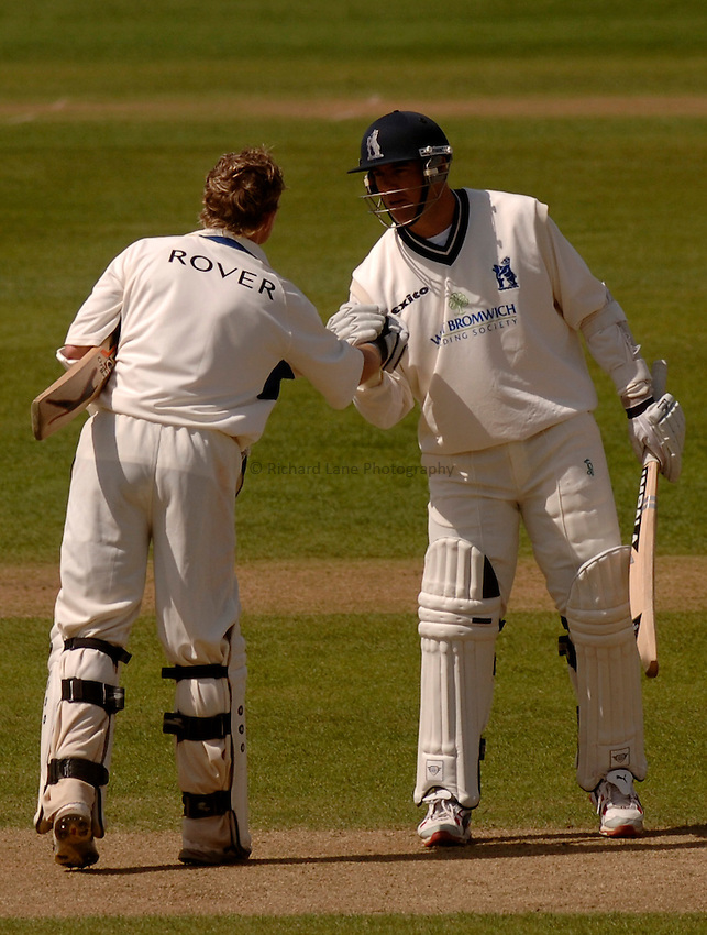 Photo. Glyn Thomas. .Warwickshire v Middlesex. 29/04/2005..Frizzell County Championship Division 1. Day 3..Warwickshire's Ian Bell (L) is congratulated by Heath Streak on reaching his century.