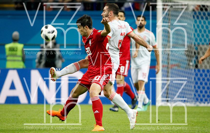 KAZAN - RUSIA, 20-06-2018: Sardar AZMOUN (Izq) jugador de RI de Irán disputa el balón con Dani CARVAJAL (Der) jugador de España durante partido de la primera fase, Grupo B, por la Copa Mundial de la FIFA Rusia 2018 jugado en el estadio Kazan Arena en Kazán, Rusia. /  Sardar AZMOUN (L) player of IR Iran fights the ball with Dani CARVAJAL (R) player of Spain during match of the first phase, Group B, for the FIFA World Cup Russia 2018 played at Kazan Arena stadium in Kazan, Russia. Photo: VizzorImage / Julian Medina / Cont