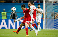 KAZAN - RUSIA, 20-06-2018: Sardar AZMOUN (Izq) jugador de RI de Irán disputa el balón con Dani CARVAJAL (Der) jugador de España durante partido de la primera fase, Grupo B, por la Copa Mundial de la FIFA Rusia 2018 jugado en el estadio Kazan Arena en Kazán, Rusia. /  Sardar AZMOUN (L) player of IR Iran fights the ball with Dani CARVAJAL (R) player of Spain during match of the first phase, Group B, for the FIFA World Cup Russia 2018 played at Kazan Arena stadium in Kazan, Russia. Photo: VizzorImage / Julian Medina / Cont
