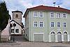 Schulgebäude und im Hintergrund die Katholische Kirche Sankt Lambertus, eine romanische Basilika (11. Jh.), am Markt in Bechtheim