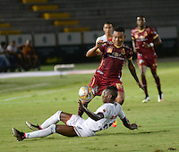 IBAGUÉ -COLOMBIA, 10-07-2015. Armando Vargas (Der) jugador de Deportes Tolima disputa el balón con un (Izq) jugador del Cortulúa por la fecha 12 de la Liga Aguila II 2016 jugado en el estadio Manuel Murillo Toro de la ciudad de Ibagué. / Armando Vargas (R) player of  Deportes Tolima vies for the ball with a (L) player of Cortulua for the date 12 of the Aguila League II 2016 played at Manuel Murillo Toro stadium in Ibague city. Photo: VizzorImage / Juan Carlos Escobar / Str