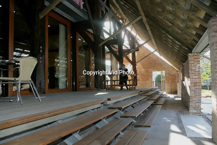 Foto: VidiPhoto..HETEREN - In het Betuwse Heteren is een 350 jaar oude schuur op een voor Nederland unieke wijze verbouwd. In de schuur is een zwevend woonhuis gecreëerd, waardoor er een doos-in-doos constructie ontstaat. De 'woondoos' is gebouwd op een 'zwevende' betondekvloer boven de oude deelvloer. Het dak bestaat uit 'bewegende' zinken schoepen die indien nodig extra licht kunnen binnenlaten.