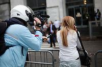 Milano: un giornalista prova ad intervistare una sostenitrice di Berlusconi davanti al tribunale di Milano durante l'udienza per il processo Mills.