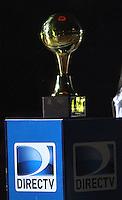 BOGOTA -COLOMBIA- 29 -11--2013. Jugadores  de Guerreros de Bogota levantan la copa de campeones de La Liga  Directv de baloncesto al vencer  a la  Academia de La Montaña   , juego correspondiente al partido entre  Guerreros de Bogota y Academia de la Montaña , quinto encuentro  de la final  de la Liga Directv de Baloncesto disputado en el coliseo El Salitre   /    Players of Guerreros of Bogota lift the cup champions The Directv league basketball beat  Academia of Montaña , playing for the Guerreros match between  and Academia de la Montaña, the fifth meeting of the end of the Directv Basketbal league played in El Salitre coliseum  :Photo / Felipe Caicedol / Staff