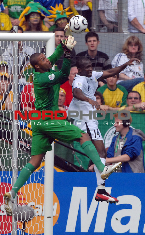 FIFA WM 2006 -  Round of Sixteen - / Viertelfinale <br /> <br /> Play     #55  (27-Jun) - Braislien - Ghana<br /> <br /> <br /> <br /> Dida (BRA) gegen Matthew Amoah (GHA)<br /> <br /> <br /> <br /> Foto &copy; nordphoto