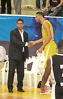 BUCARAMANGA -COLOMBIA, 25-03-2013. José Tapias, entrenador de Piartas, se saluda con Hernández Villamil de Búcaros al final del partido de la décimanovena fecha de la Liga DirecTV de baloncesto profesional colombiano disputado en la ciudad de Bucaramanga./  Jose Tapias , Piratas' coach, greets with Hernandez Villamil of Bucaros at the end of  game of the nineteenth date of the DirecTV League of professional Basketball of Colombia at Bucaramanga city. Photo:VizzorImage / Jaime Moreno / STR