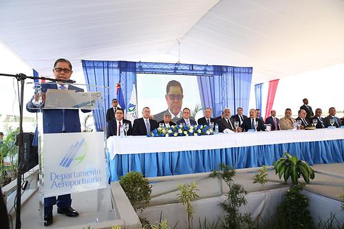 Marino Collante, director del Departamento Aeroportuario, pronuncia el discurso inaugural.