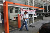 ATENÇÃO EDITOR: FOTO EMBARGADA PARA VEÍCULOS INTERNACIONAIS. SAO PAULO, 18 DE SETEMBRO DE 2012.  GREVE DOS BANCARIOS.  Agência bancaria na Avenida Paulista em greve.   A greve dos bancários foi deflagrada na noite da terça feira por melhores salarios e por tempo indeterminado. ADRIANA SPACA - BRAZIL PHOTO PRESS