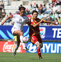 Chile, Temuco: Usa forward Sydney Leroux (L) goes for the ball along with Li Danyang Chine´s team, during the final match on the group, Fifa U-20 Womens World Cup the at German Becker stadium in Temuco , on November 26 2008. Photo by Grosnia/ISIphotos.com