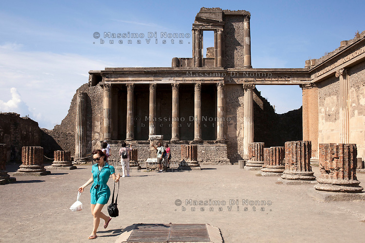Pompei: turisti visitano il sito archeologico di Pompei.                                      Pompei: Tourists visit the archaeological site of Pompeii