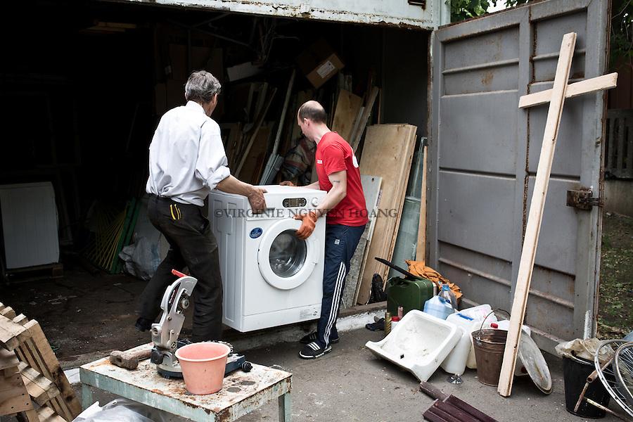 UKRAINE, Mariupol: Every Thursday is the cleaning day of the center. Each of the inhabitant know what to do. Here Pavlo is helping one of the server to arrange the warehouse. <br /> <br /> UKRAINE, Mariupol: Chaque jeudi c'est la journ&eacute;e de nettoyage du centre. Chacun des habitants savent ce qu'il faut faire. Pavlo aide un des pasteurs &agrave; ranger l'entrep&ocirc;t.