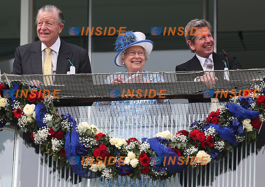 Britain's Queen Elizabeth watches from the balcony with Sir Michael Oswald (L) and the Queen&rsquo;s Bloodstock and Racing Advisor John Warren (R) <br /> Ippica Investec Derby meeting taking place at Epsom Downs Racecourse -  06/04/2016 <br /> Foto Matthew Childs / Action Images / Panoramic
