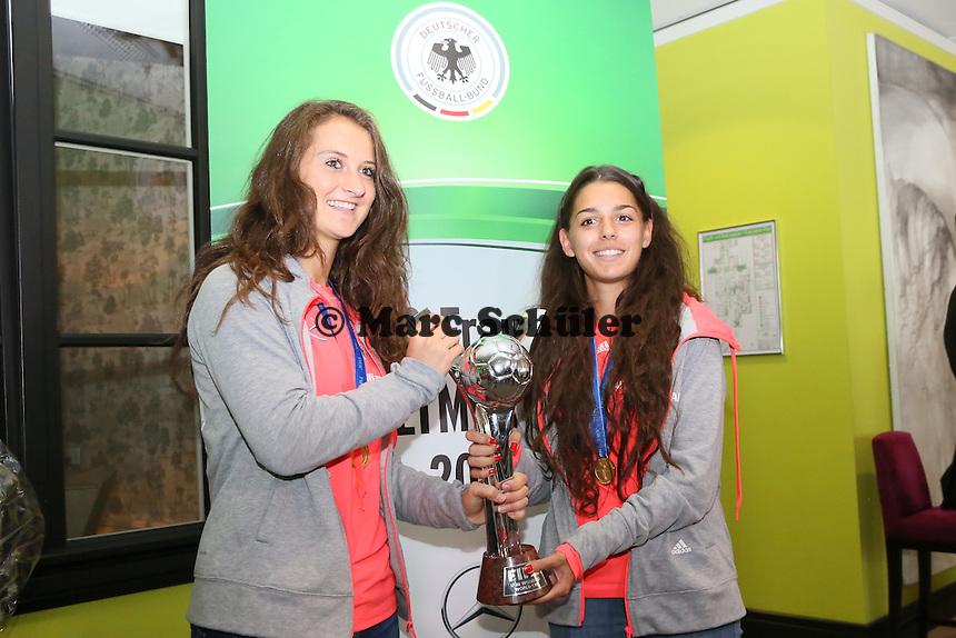 Sara Däbritz und Manjou Wilde - Empfang der U20-Weltmeisterinnen am Frankfurter Flughafen