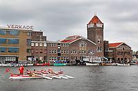 Slag om de Zaan in Zaandam. Roeiwedstrijd voor sloepen. Verkade fabriek