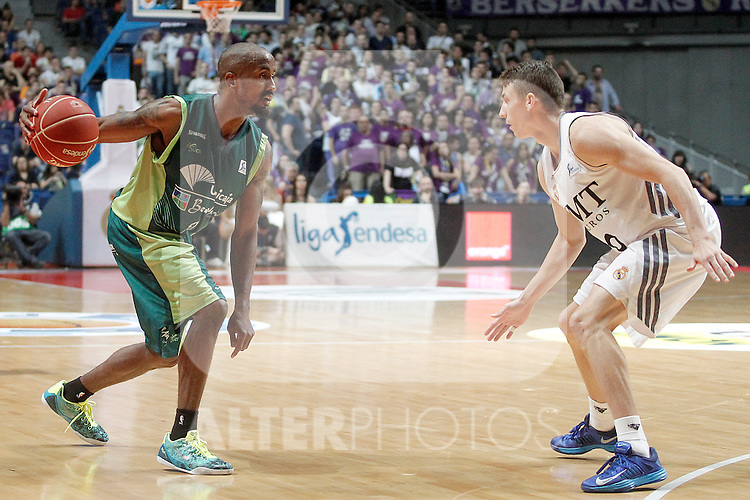Real Madrid's Jaycee Carroll (r) and Unicaja's Earl Calloway during Liga Endesa ACB Semifinal match.June 6,2014. (ALTERPHOTOS/Acero)