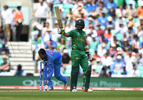 June 18th 2017, The Kia Oval, London, England;  ICC Champions Trophy Cricket Final; India versus Pakistan; Azhar Ali of Pakistan takes the crowds applause as he celebrates his 50 runs