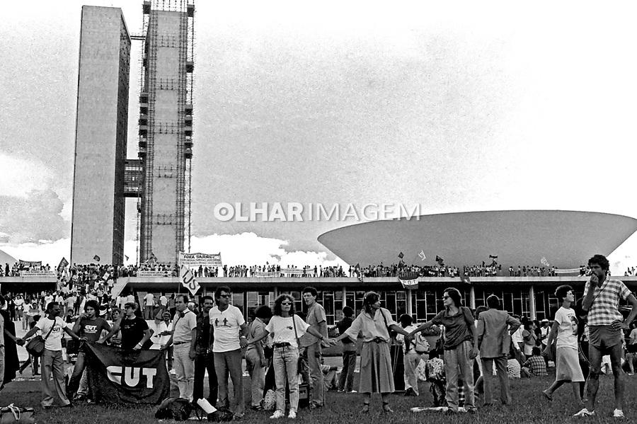 Nova constitução. Abraço ao Congresso Nacional. DF. 1988. Foto de Paula Simas.