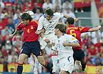 Fussball INTERNATIONAL EURO 2004 Spanien - Russland David Albelda (ESP) gegen Vadim Evseev (RUS); beobachtet von Dmitri Bulykin (RUS) und Ivan Helguera (ESP)