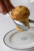 Europe/France/Provence-Alpes-Côte d'Azur/06/Alpes-Maritimes/ Menton: Restaurant: Mirazur - le service du pain