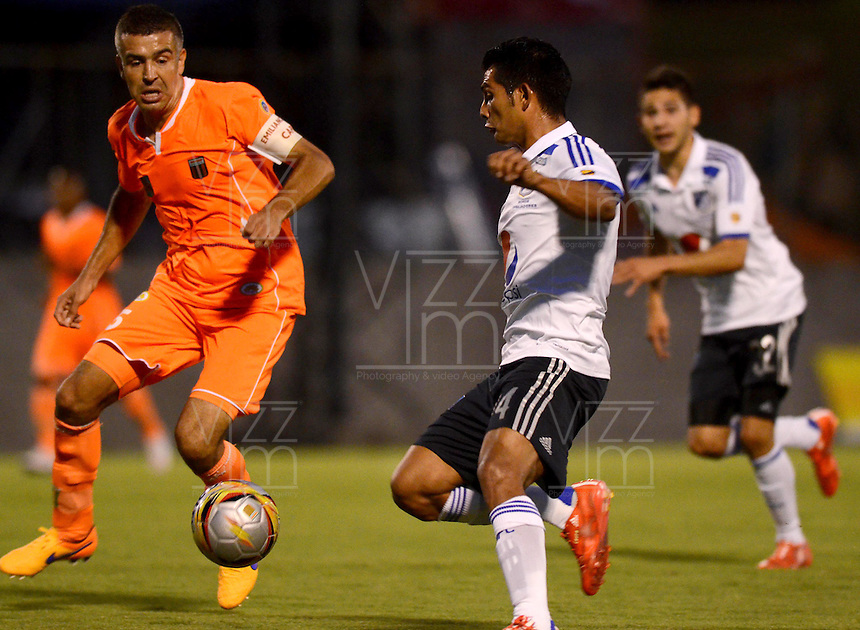 ENVIGADO -COLOMBIA-26-04-2015. Andres Orozco (Izq) de Envigado FC disputa el balón con David Silva (Der) de Millonarios durante partido por la fecha 17 de la Liga Águila I 2015 realizado en el Polideportivo Sur de la ciudad de Envigado./ Andres Orozco (L) of Envigado FC fights for the ball with David Silva (R) of Millonarios during match for the 17th date of the Aguila League I 2015 at Polideportivo Sur in Envigado city.  Photo: VizzorImage/León Monsalve/STR