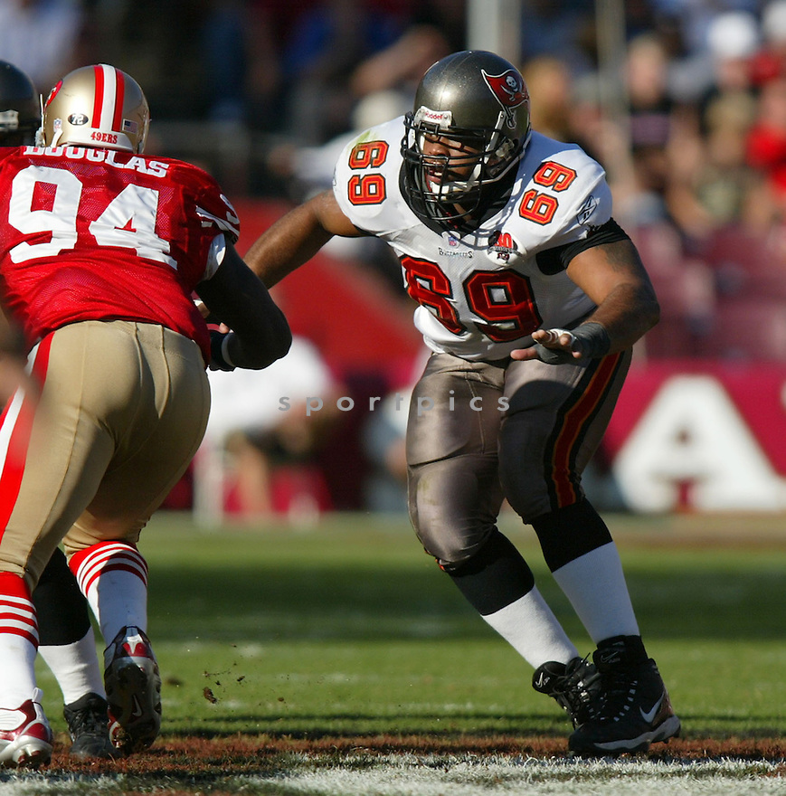 Anthony Davis, of the Tampa Bay Buccaneers , in action, during their game against the San Francisco 49ers on October 30, 2005...San Francisco wins 15-10..Rob Holt / SportPics