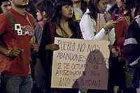 Querétaro, Qro. 2 de octubre 2015.- Marcha conmemorativa de la matanza de Tlatelolco en 1968. Esta marcha encabezada por estudiantes de la UAQ; caminaron desde Centro Universitario hasta el jardín Zenea, en donde también rindieron homenaje  a los 43 estudientes normalistas desaparecidos de Ayotzinapa.<br /> <br /> Durante la protesta, activistas tiñeron de rojo algunas fuentes de la capital queretana como símbolo de la masacre en la plaza de las Tres Culturas hace 47 años.<br /> <br /> Foto: Demian Chávez / Obture