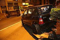 SAO PAULO, SP, 23/06/2012, PERSEGUI&Ccedil;&Atilde;O CAPOTAMENTO.<br /> <br />  Uma persegui&ccedil;&atilde;o na noite de ontem acabou em um acidente na Av. 9 de Julho proximo a Rua Avanhadava.<br />  O veiculo roubado seguia em alta velocidade, no sentido do bairro, quando colidiu contra um taxi que capotou na sequencia.<br /> <br />  Luiz Guarnieri/ Brazil Photo Press