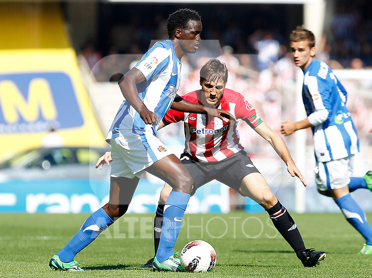 Real Sociedad's McDonald Mariga (l) and Athletic de Bilbao's Carlos Gurpegi during La Liga match.October 2,2011. (ALTERPHOTOS/Acero)