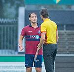 AMSTELVEEN - Steven van Rhede van der Kloot (HCKZ)/met scheidsrechter Van der Wal Bake,  met tijdens de hoofdklasse competitiewedstrijd mannen, Amsterdam-HCKC (1-0).  COPYRIGHT KOEN SUYK