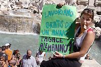 Roma,10 Luglio 2008.Fontana di Trevi.Protestamcon bagno in fontana di operatori e operatrici sociali dei servizi 285 per l'infanzia e l'adolescenza che da mesi hanno i finanziamenti bloccati dalla Giunta Alemanno .