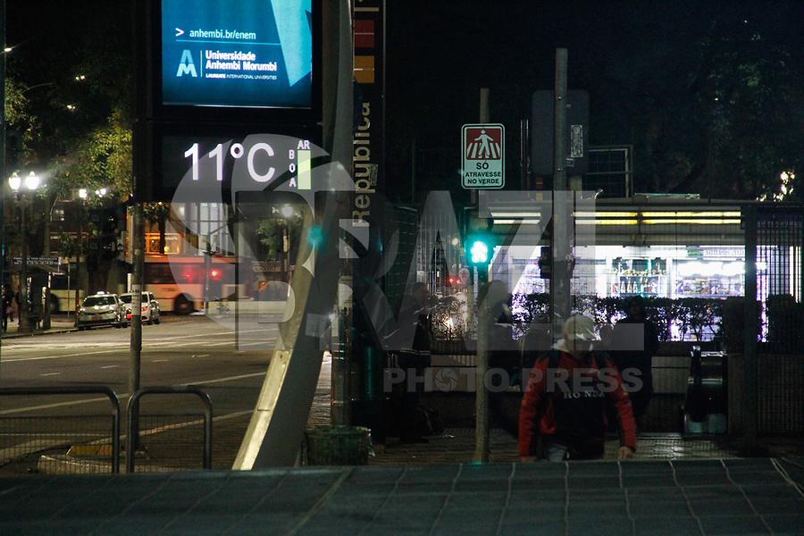 SÃO PAULO,SP, 18.07.2017 - CLIMA-SP - Termômetro registra 11ºC na região central cidade de São Paulo (SP), na noite desta terça-feira (18) (Foto: Nelson Gariba/Brazil Photo Press)