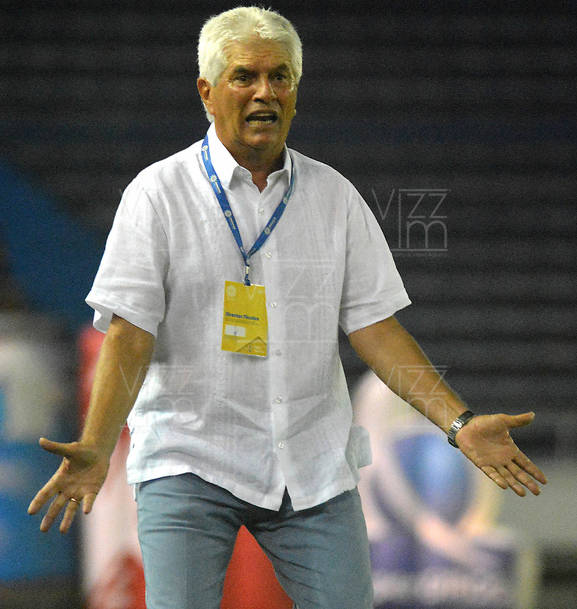 BARRANQUILLA - COLOMBIA - 18 - 04 - 2017: Julio Comensaña, técnico de Atletico Junior, durante partido de la fecha 13 entre Atletico Junior y Patriotas F.C. por la Liga Aguila I-2017, jugado en el estadio Metropolitano Roberto Melendez de la ciudad de Barranquilla. / Julio Comensaña, coach of Atletico Junior, during a match of the date 13 between Atletico Junior and Patriotas F.C. for the Liga Aguila I-2017 at the Metropolitano Roberto Melendez Stadium in Barranquilla city, Photo: VizzorImage  / Alfonso Cervantes / Cont.