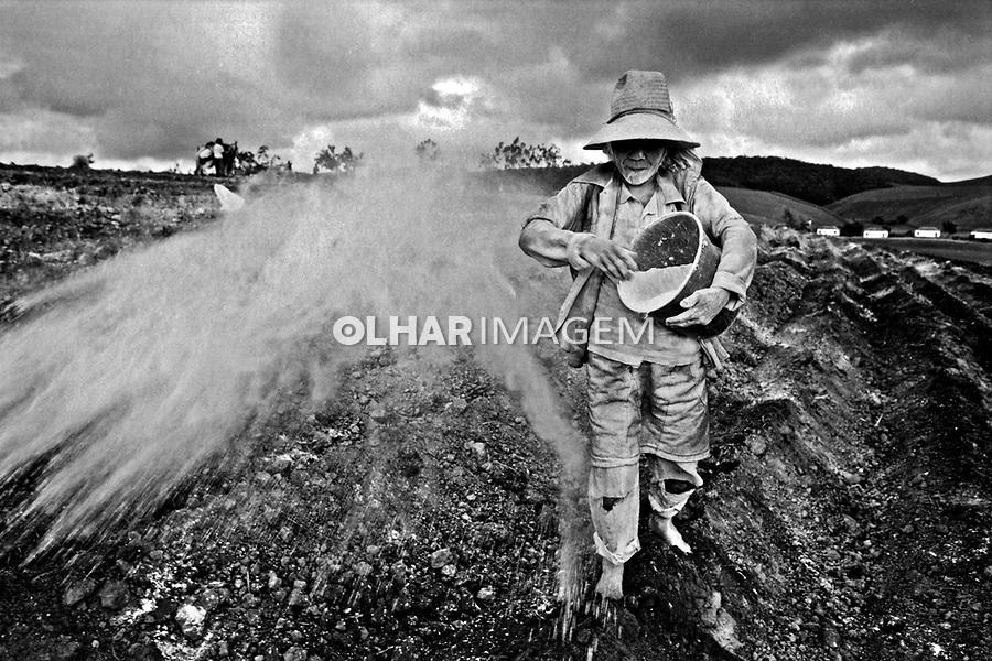 Aplicação de calcário em canavial. Usina Serra Grande. Alagoas. 1993. Foto de Paula Simas.