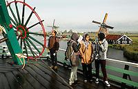 Zaanse Schans - Molen de Kat. Toeristen bezoeken de molen