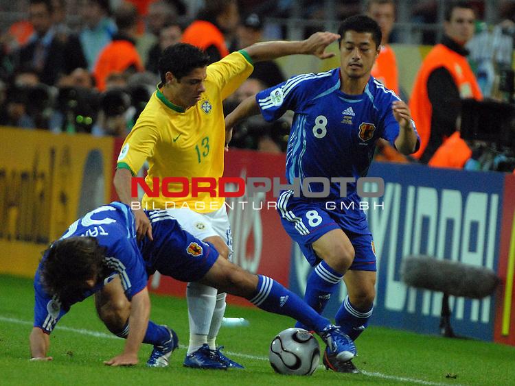 FIFA WM 2006 -  Gruppe F Vorrunde ( Group AF)<br /> <br /> Play   #43 (22-Jun) - Japan vs Brasilien<br /> <br /> <br /> <br /> Cicinho (BRA) gegen Keji Tamada (JPN) und Mitsuo Ogasawara (JPN)<br /> <br /> <br /> <br /> Foto &copy; nordphoto