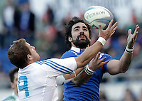 5Rugby, torneo Sei Nazioni 2013: Italia vs Francia. Roma, stadio Olimpico, 3 febbraio 2013..France's Yoann Huget is challenged by Italy's Tobias Botes, left, during the Six Nations rugby union international match between Italy and France, at Rome's Olympic stadium, 3 February 2013..UPDATE IMAGES PRESS/Riccardo De Luca