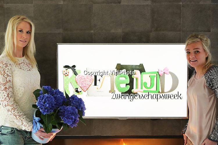 Foto: VidiPhoto<br /> <br /> EEMNES - Tijdens de uitzending van Koffietijd vrijdagmorgen, is zangeres Do verrast met een bijzonder cadeau: hortensia Jip. De kamerplant is vernoemd naar baby Jip van wie Do eind 2013 beviel. De nieuwe kamerhortensia is aangeboden in het kader van de &quot;Zwangerschap&quot;-themaweek die dit jaar voor het eerst werd gehouden van 17-21 februari in het tv-programma. De maand februari is tevens de start van een nieuw bloeiseizoen voor de populaire kamerplant. Op initiatief van Koffietijd werd gezocht naar een nieuwe hortensia met hemelsblauwe bloemen. De nieuwe hortensia is veredeld door de Hydrangea Breeders Association uit De Kwakel