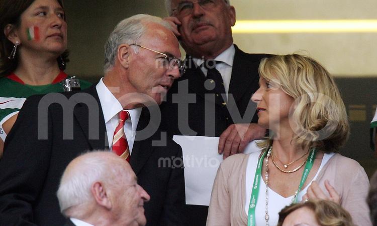 Fussball WM 2006  Achtelfinale   Argentinien - Mexiko , Argentina - Mexico  Franz Beckenbauer mit seiner frisch angetrauten Ehefrau